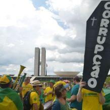 Brasil Sangra, Elites Brincam